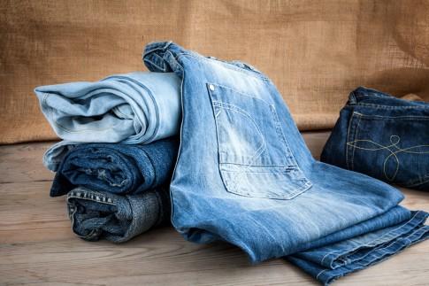 Jeans mit hoher Taille modisch kombinieren