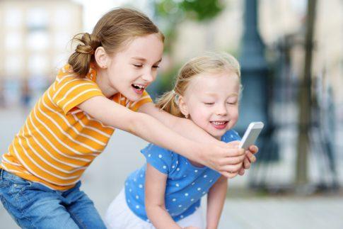 Das passende Mobiltelefon für den Nachwuchs aussuchen