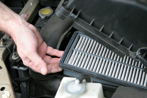 Luftfilter eines Pkw reinigen und wechseln