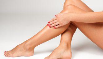 Epilierer, Wachs oder doch der Rasierer – welcher Weg führt am besten zu glatten Beinen?